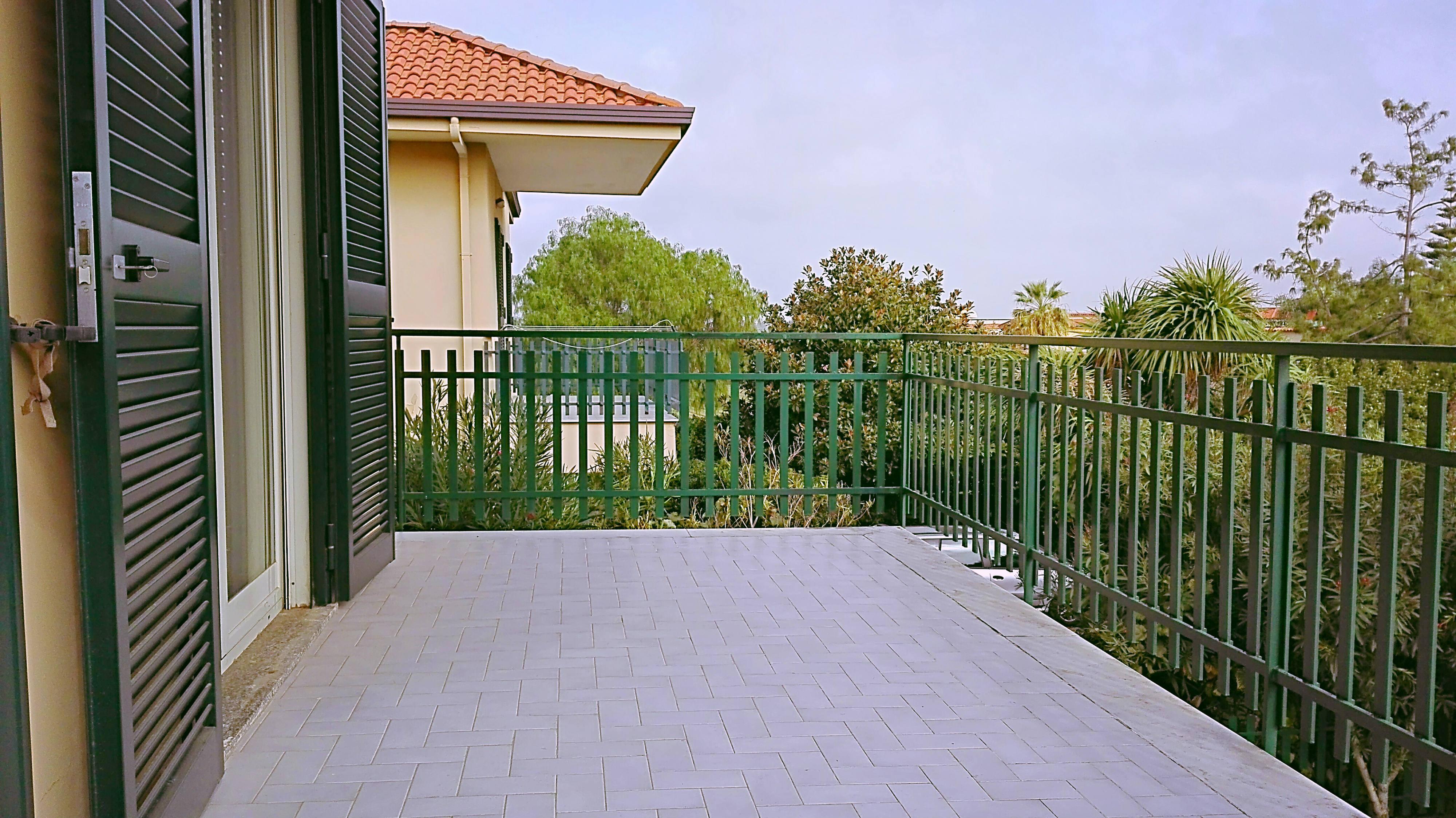 Villa singola con giardino a licola key immobiliare for Garage a 2 livelli